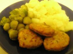 Kipburgers met aardappels en spruiten