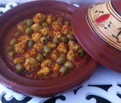 Traditionele Marokkaanse Tajine met kipgehakt in zoete saus
